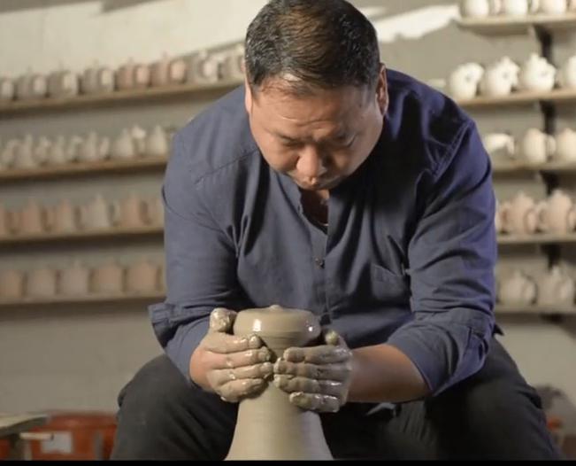 尚源钧窑杨鹏飞展示钧瓷茶壶制作过程